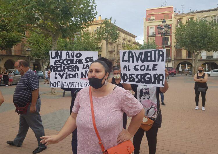 Un grup de pares i mares es concentren a Balaguer en contra de l'inici del curs escolar
