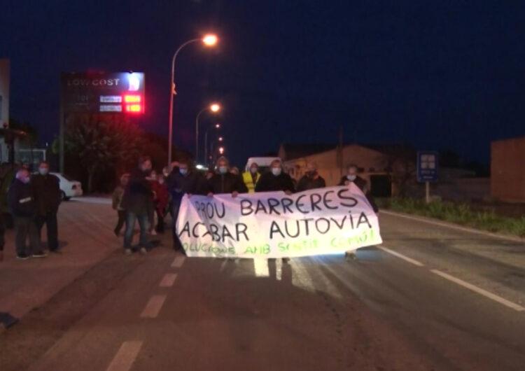 Tall a la carretera de Térmens com a protesta pel projecte de supressió dels passos a nivell