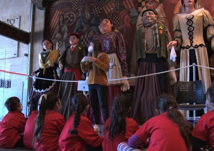 Els escolars de Balaguer visiten els gegants en el marc del Pla Municipal de Dinàmica Educativa