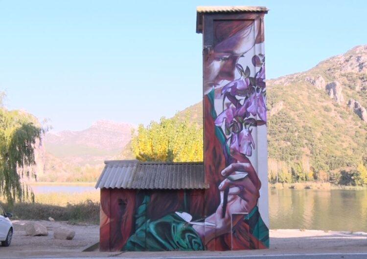 L'artista lleidatana Lily Brick pinta un mural contra la violència de gènere a Sant Llorenç de Montgai