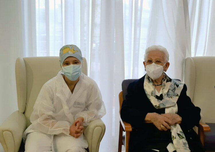 Una dona de 96 anys, primera a rebre la vacuna contra la covid-19 a Espanya