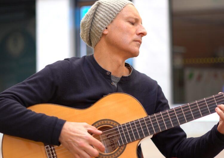 El guitarrista Josep-Manel Vega presenta 'Improvising around the world' un disc amb 10 improvisacions de guitarra enregistrades arreu del món