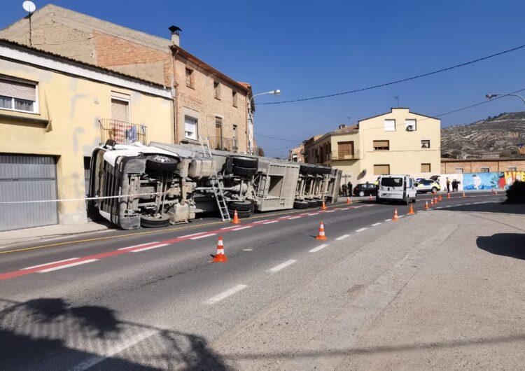 Un camió carregat de porcs bolca a Castelló de Farfanya i esclafa un turisme