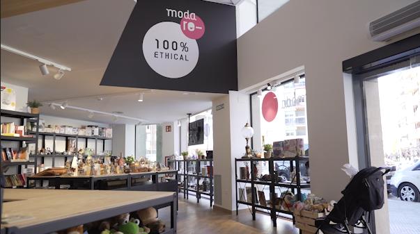 Obre Moda Re-, una botiga de roba de segona mà que dona oportunitats laborals a persones amb risc d'exclusió social