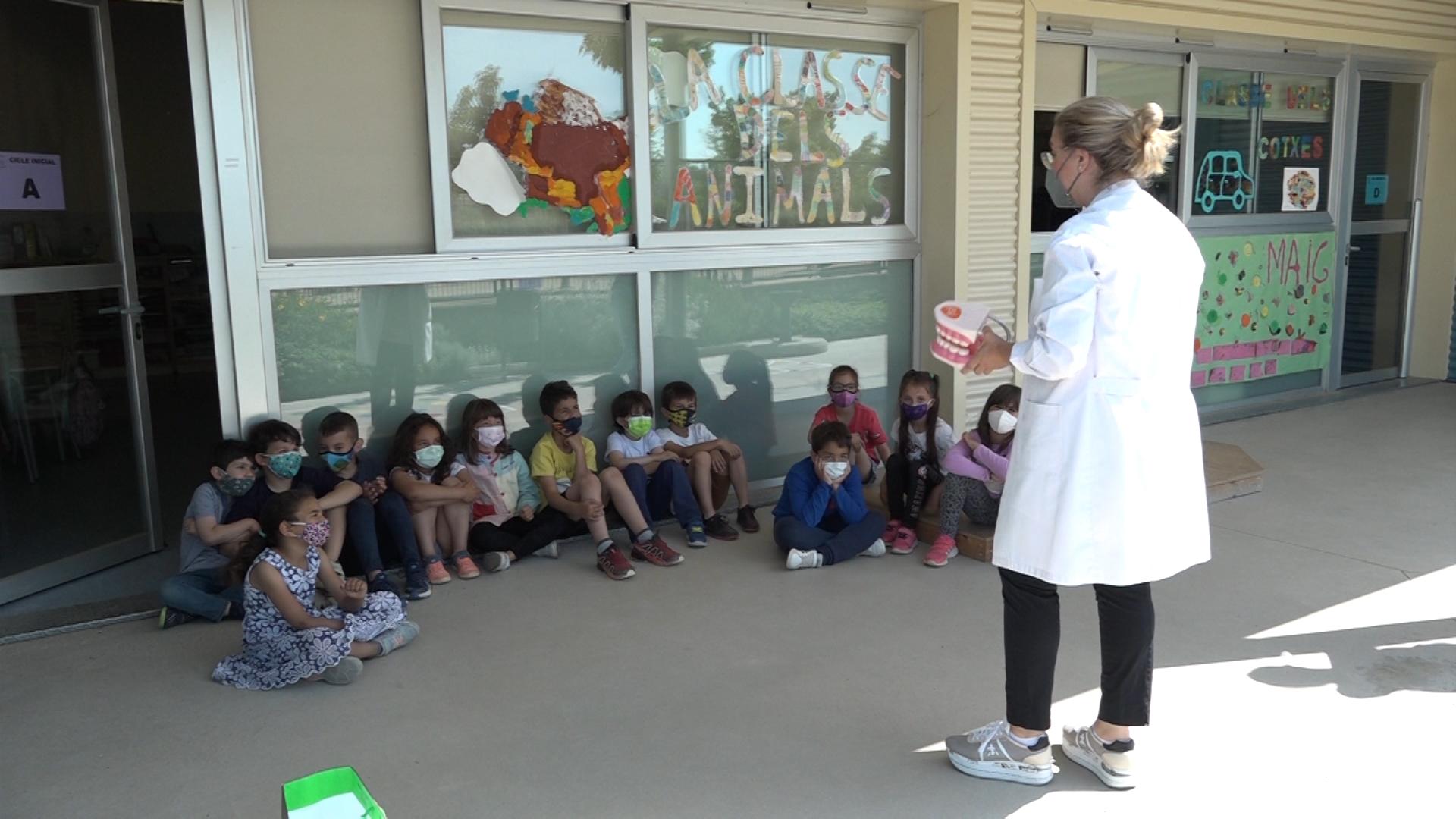 """La Clínica Dental Balaguer imparteix el taller """"Cuidem el Somriure"""" als alumes de l'escola Montroig"""
