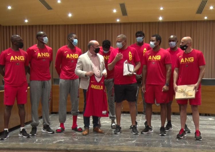 La Paeria de Balaguer rep a la selecció d'Angola de Bàsquet