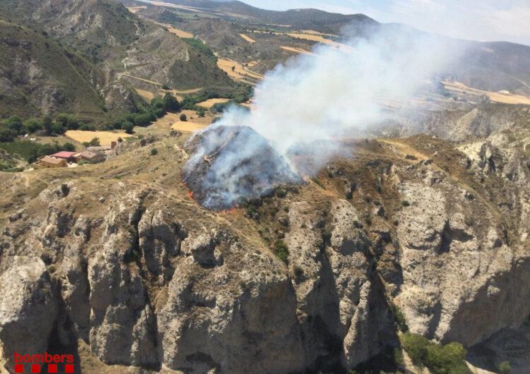 Els Bombers treballen en un incendi forestal a Gerb, al terme d'Os de Balaguer