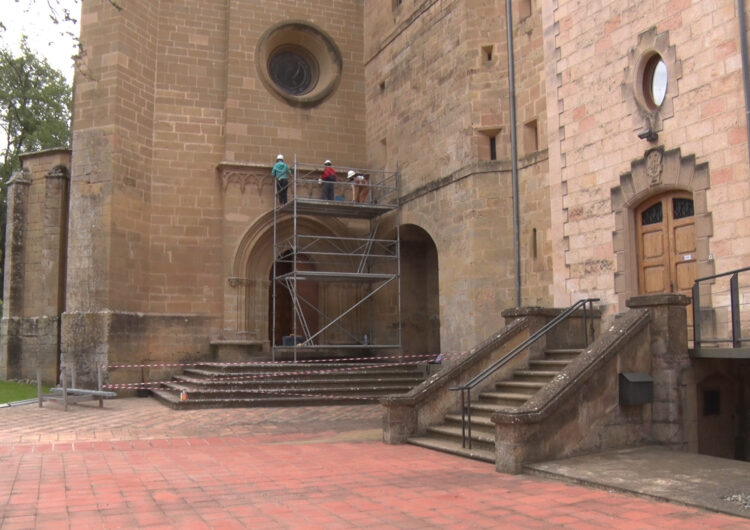 Inici de la restauració de la porta gòtica de l'església del Monestir de les Avellanes