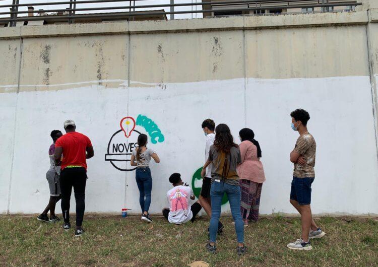 Els joves participants del programa 'Noves Oportunitats' de l'Associació Reintegra realitzen un mural al riu Segre