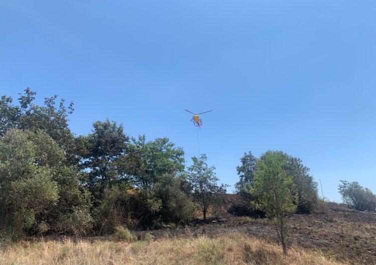 El Bombers treballen en un incendi de vegetació agrícola a Menàrguens