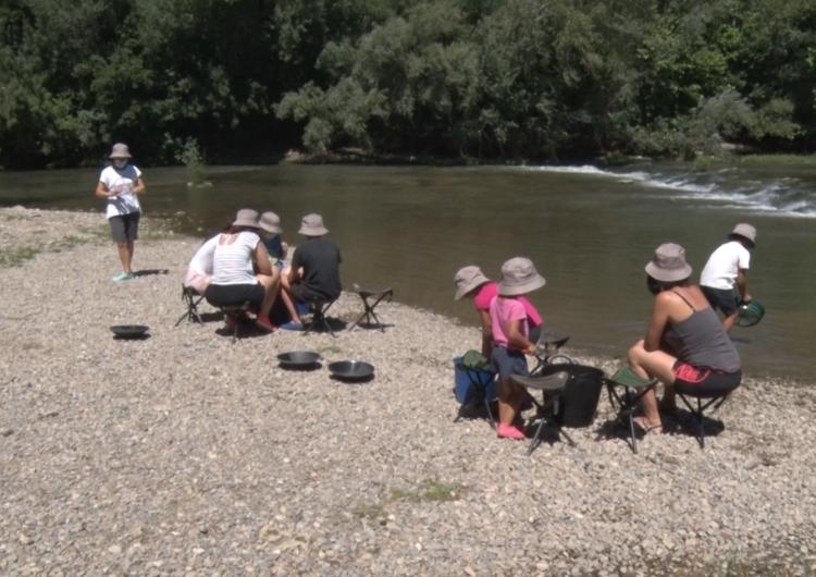 El taller 'A l'estiu, l'or el busquem al riu' torna a omplir de visitants la llera del Segre durant el juliol i agost