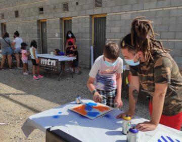 Els nens de Camarasa participen en la confecció d'un mural amb l'artista Foxy en el marc del 'Territori Artemisa'
