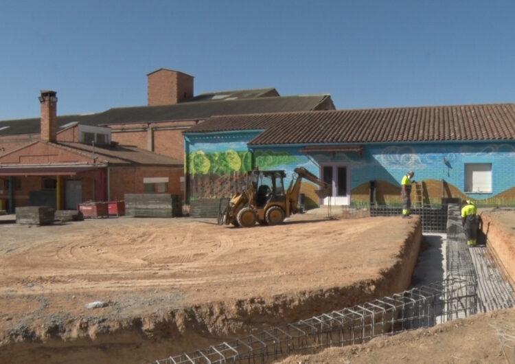 L'Associació de Famílies de l'escola la Noguera i la Paeria de Balaguer arrangen una part del pati de l'escola que s'habilitarà pels alumnes de cicle infantil del centre