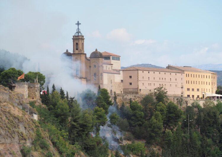 Els bombers extingeixen un incendi a l'accés del Santuari del Sant de Crist